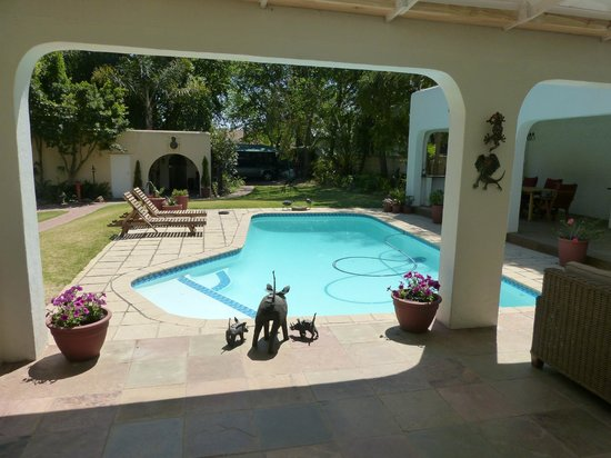Graton Guest House: Gardens and pool