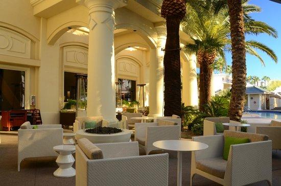 Four Seasons Hotel Las Vegas: Outdoor bar area