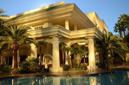 Four Seasons Hotel Las Vegas: View across pool