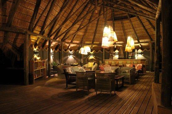 Chobe Bakwena Lodge: Beautiful dining room at night