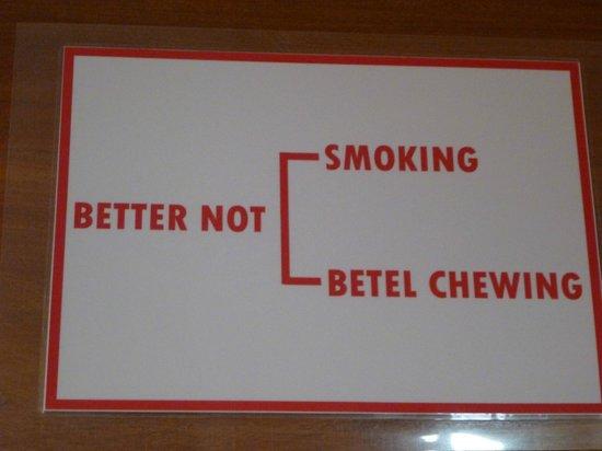 "Thiri Sandar Motel : табличка на двери: ""Не курить, не жевать бетель!"""