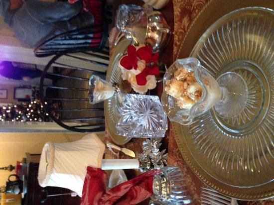 Chimney Hill Estate & Ol' Barn Inn: Breakfast Table