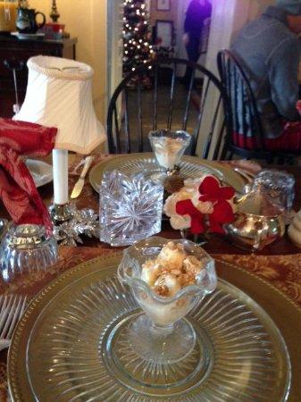 Chimney Hill Estate & Ol' Barn Inn : Breakfast Table