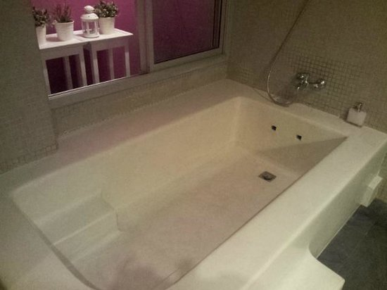 Paragon Inn: big bathtub