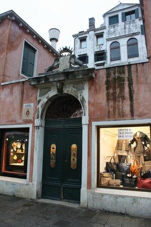 Locanda Ai Santi Apostoli: Front door to patio - building at the back