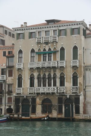 Locanda Ai Santi Apostoli: View of building from across the canal - hotel is the top floor only