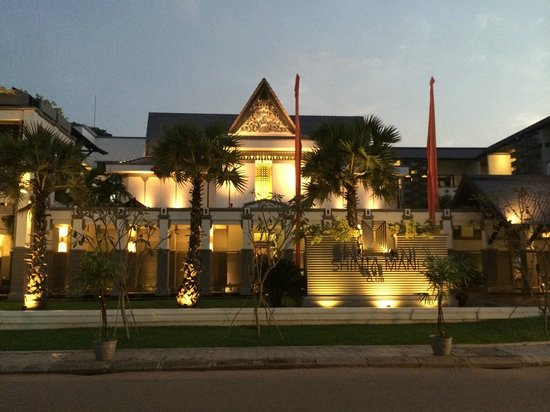 Shinta Mani Angkor: Outside the hotel at night