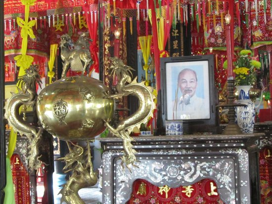 Chau Phu Temple: one of the many smaller altars, this one dedicated to Ho Chi Minh