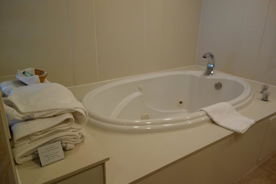 Hampton Inn and Suites Raleigh/Cary-I-40 (PNC Arena): whirlpool tub in king suite