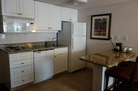 Hampton Inn and Suites Raleigh/Cary-I-40 (PNC Arena): kitchen area in king suite
