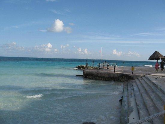 Fiesta Americana Villas Cancun : Beach next to restaurant