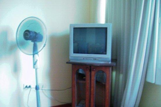 Imperio Suites: uma tv que não pegava nada, e um ventilador que não dava conta do calor..