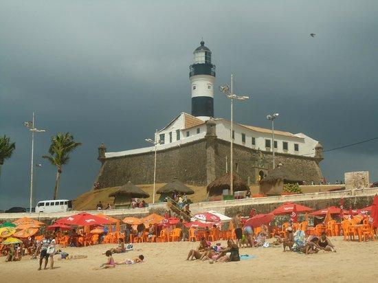 Porto da Barra: Vista da praia, nuvens escuras mas estava muito quente.
