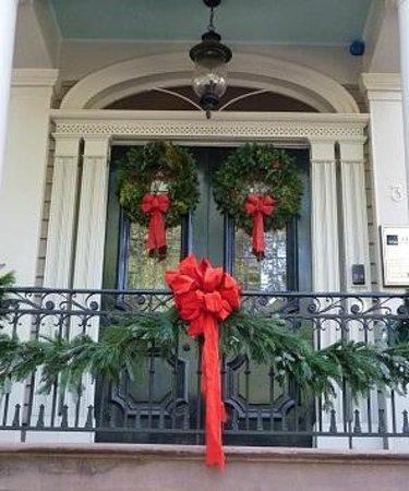 Savannah Historic District: Classic Christmas decorations