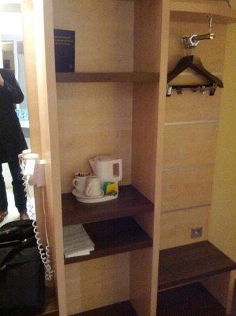 Holiday Inn Express Stuttgart Airport: Kettle & coat hangers