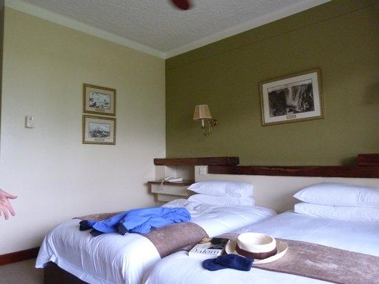 Ilala Lodge : Quartos com grandes janelas para um gramado.