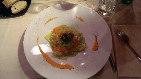 Laltrolato : Ravioli ai crostacei in salsa di zucchine e carote.