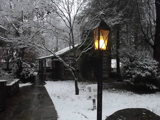 Carr's Northside Cottages & Motel: Log Cabin Cottage