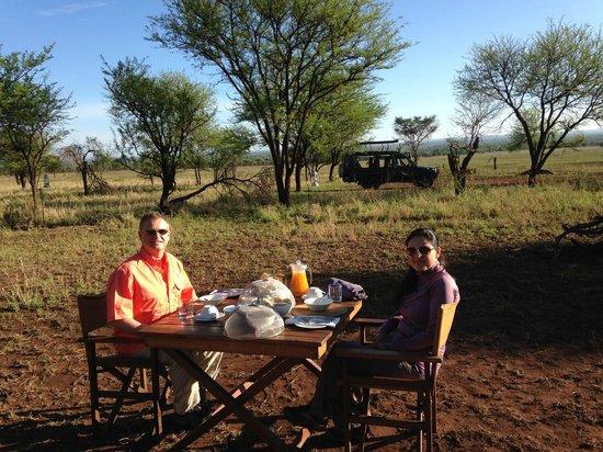 andBeyond Serengeti Under Canvas : Breakfast on the Serengeti