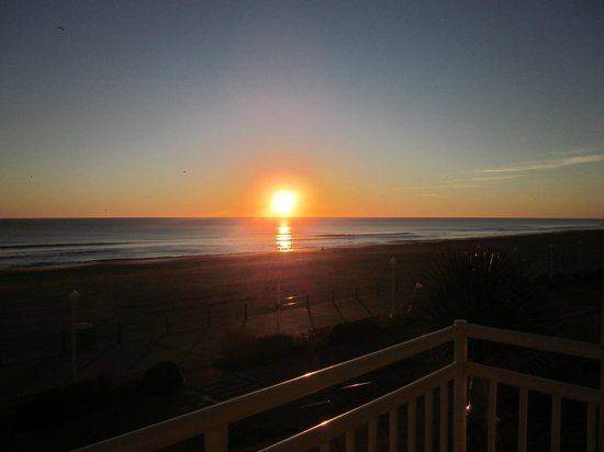 Courtyard Virginia Beach Oceanfront/North 37th Street: View of sunrise from the balcony