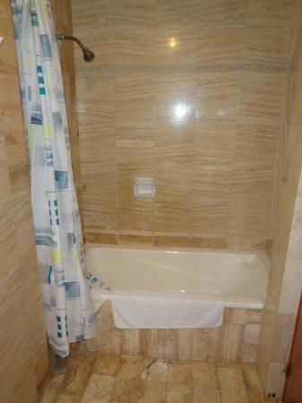 Carmel Hotel: bathroom 2