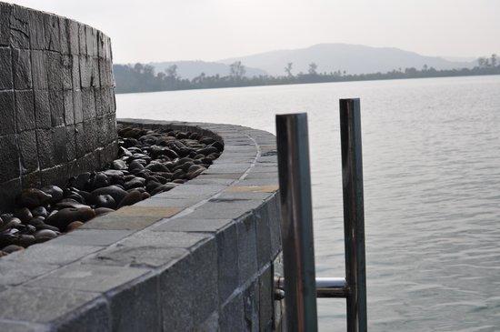 Île privée de Song Saa : Exterior of infinity pool in villa