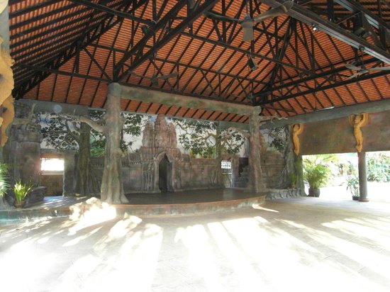 Royal Angkor Resort & Spa: outdoor show area and play area