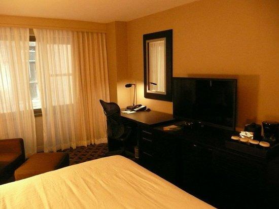 Hilton Garden Inn Times Square: Room desk