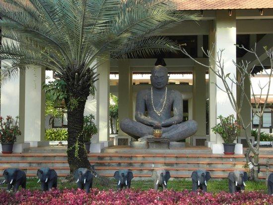 Royal Angkor Resort & Spa: Welcoming Buddha at entrance to resort
