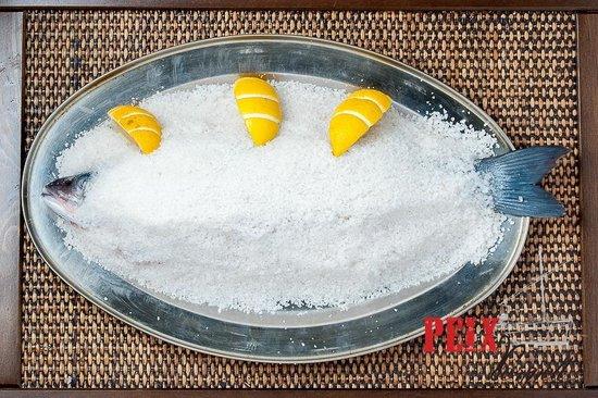 Restaurante Peix Vermell: Lubina a la sal/Sea bass in salt crust
