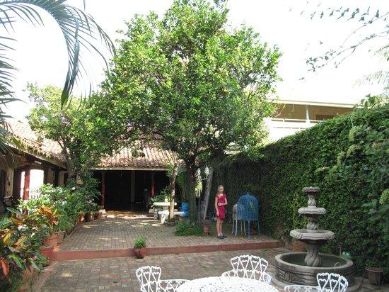 Hotel La Mision: Courtyard