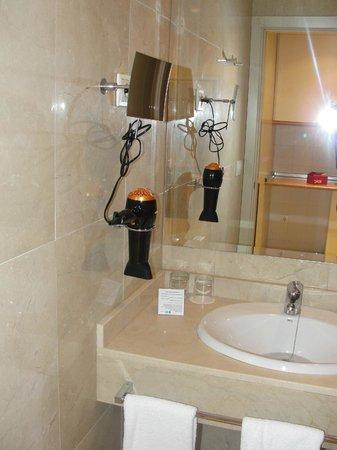 Hotel Exe Suites 33 : Secador y otros implementos
