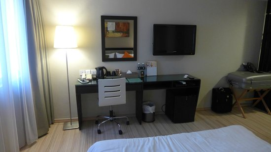 The Brunei Hotel : Desk, television and minibar