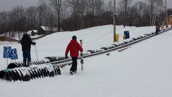Calabogie Peaks Hotel: The carpet to go up the bunny slope if you want to ski or tube.