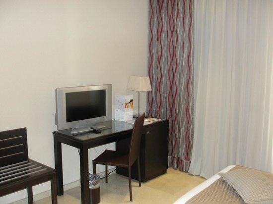 Hotel Exe Suites 33 : Televisor y escritorio y dentro mini bar