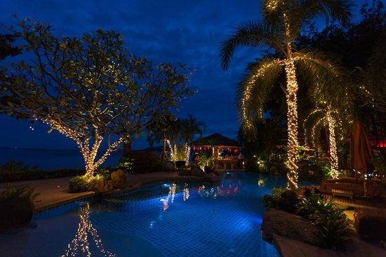 Rocky's Boutique Resort: Rocky's at night time