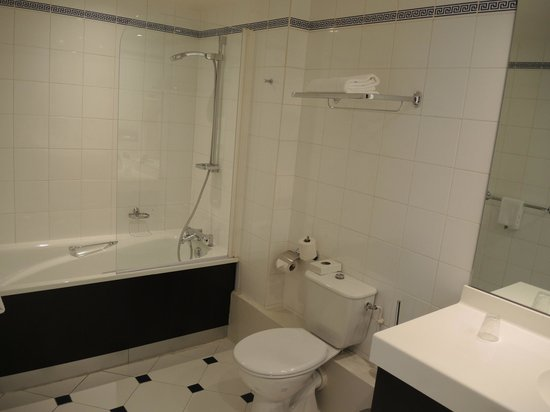 Mercure Paris Terminus Nord : The bathroom is as large as the room!