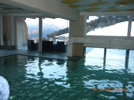 Sporthotel Kalcherhof: Piscina dall'interno, in basso a destra la porta automatica per passare alla parte scoperta.