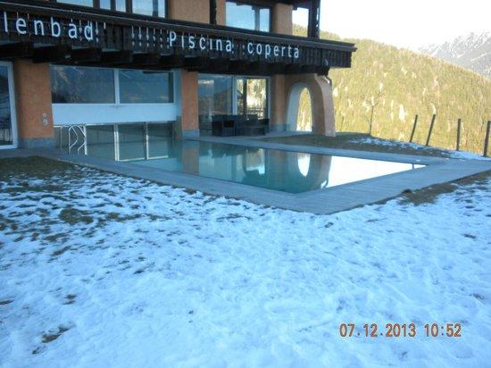 Sporthotel Kalcherhof: La piscina vista dall'esterno.