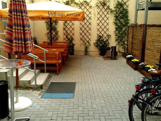 Sleepy Lion Hostel, Youth Hotel & Apartments: backyard