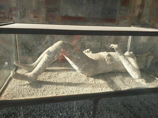 Vastours Naples - Pompeii Day Tour : Pessoa petrificada