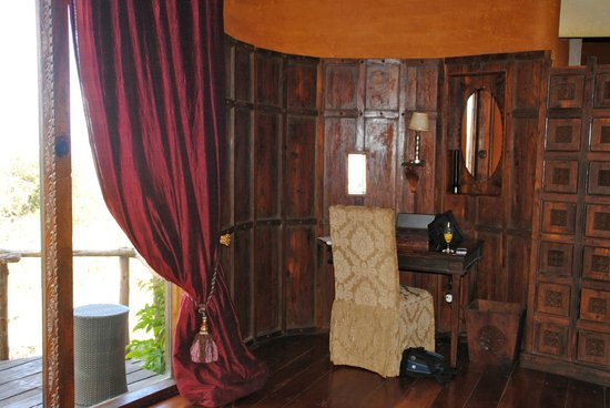 andBeyond Ngorongoro Crater Lodge: desk area of room