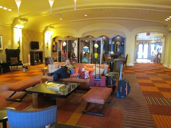 "Harbor Court Hotel: The ""common room"" that was part of the lobby. Very nice!"
