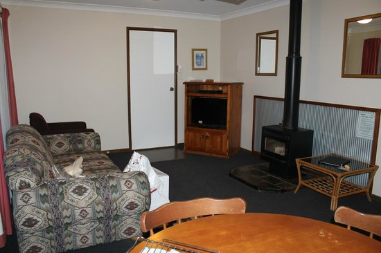 Montville Holiday Apartments: Lounge with fireplace