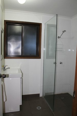 Montville Holiday Apartments: Not a great shot of the bathroom but it was very modern