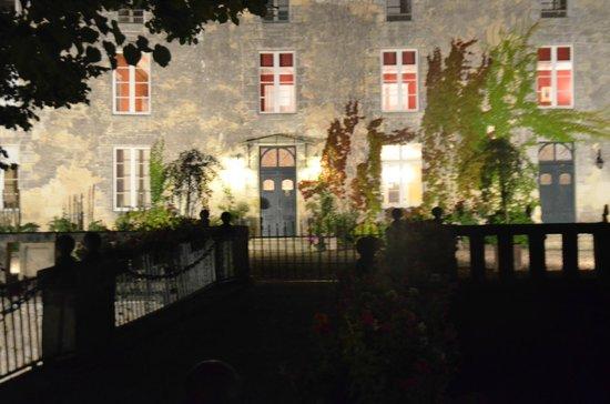 Chateau Lamothe du Prince Noir - Bordeaux : Broen mot gårdsplassen - by night