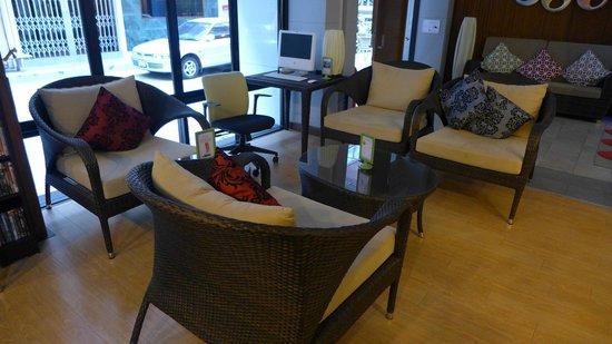 iCheck Inn Silom: Lobby/communal area - free Mac computer