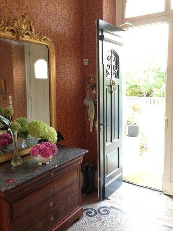 Chateau Lamothe du Prince Noir - Bordeaux : Hallen - en nydelig velkomst med friske blomster fra hagen