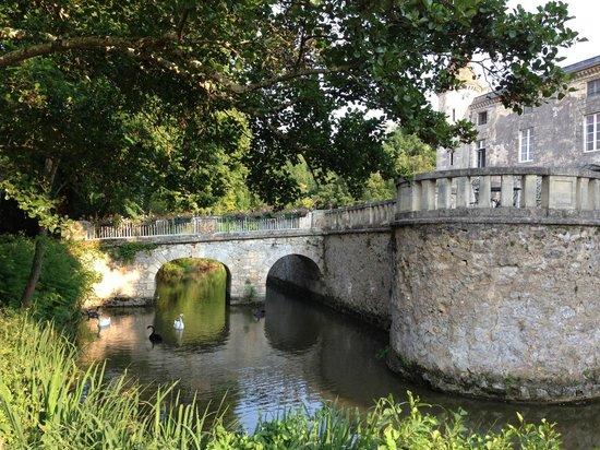Chateau Lamothe du Prince Noir - Bordeaux: Broen sett fra bassengområdet