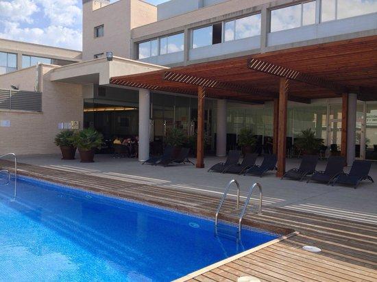 Hotel Tarraco Park: Vue de l'hôtel et partie de la piscine, espace extérieur